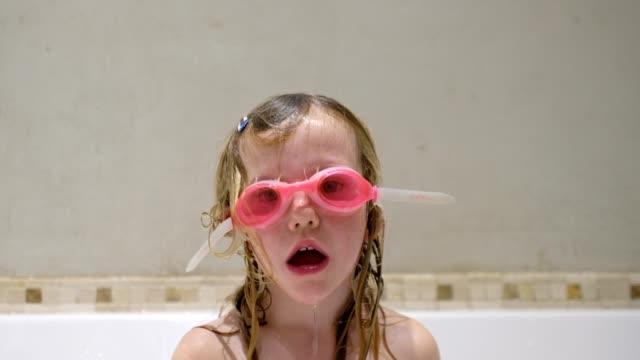 vidéos et rushes de fille avec des lunettes roses sur dans le bain - petites filles