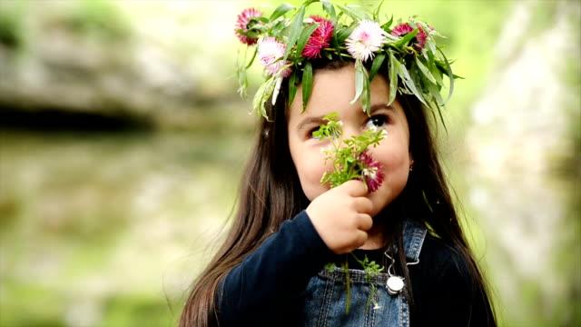 Flicka med blommor. Slow motion