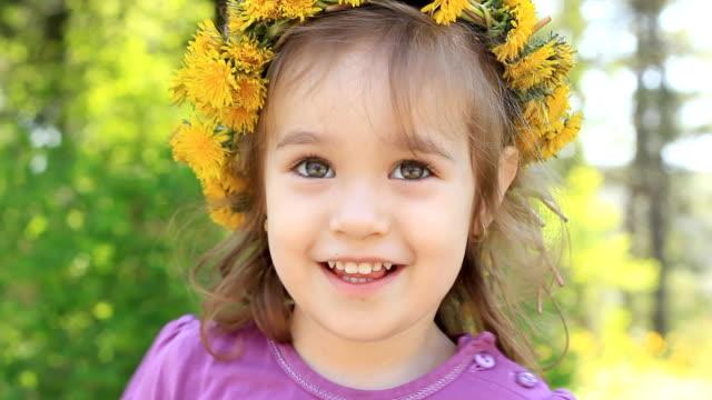 vidéos et rushes de fille avec couronne florale - vidéo portrait