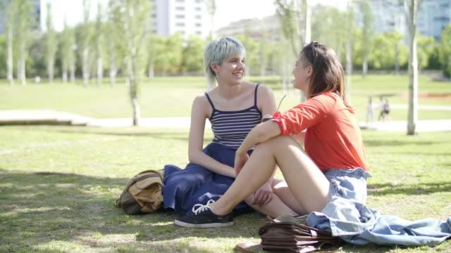 vídeos de stock e filmes b-roll de girlfriends at parque mujeres argentinas - porto madero
