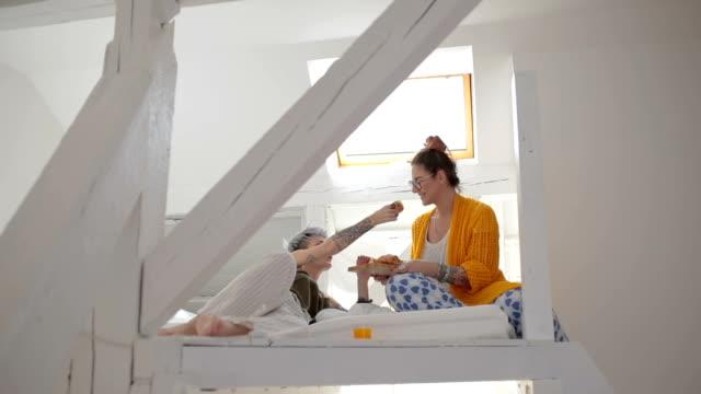 vídeos de stock, filmes e b-roll de namoradas tomando café da manhã na cama - sótão