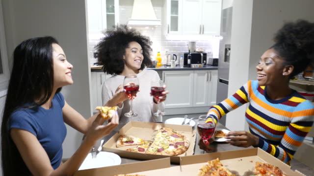 vídeos y material grabado en eventos de stock de novias comiendo pizza y hablando en casa - pizza
