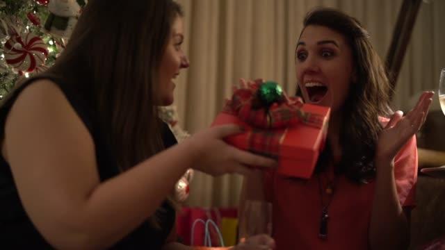 vidéos et rushes de copines donnant le cadeau de noël - cadeau