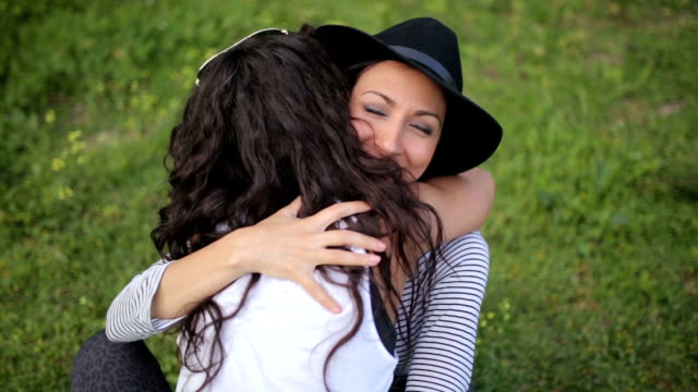 Freundinnen umarmen im freien