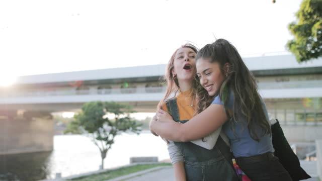 girlfriends reunited on summer holiday - flickvän bildbanksvideor och videomaterial från bakom kulisserna