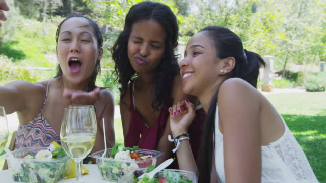 girlfriends taking selfies at a caf_ - durevolezza video stock e b–roll