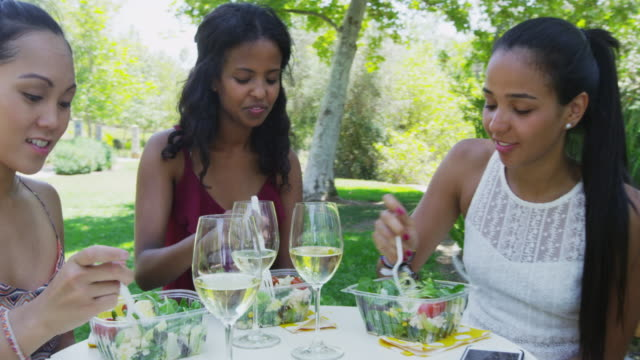 girlfriends talking and eating at a caf_ - durevolezza video stock e b–roll