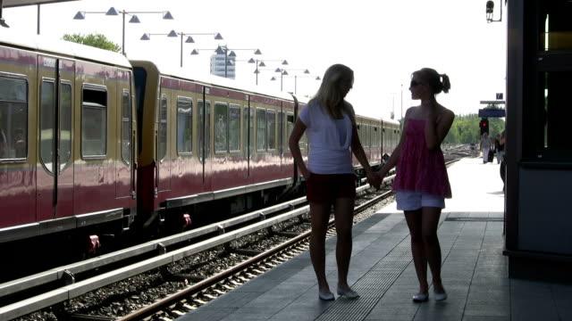 Filles marcher sur Quai de gare