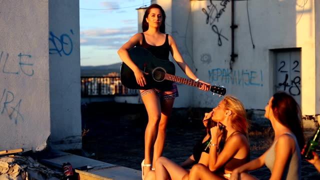 vídeos de stock e filmes b-roll de girlfriends want to have fun - cultura jovem