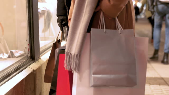 vídeos de stock e filmes b-roll de girlfriends window shopping for christmas - atividade comercial