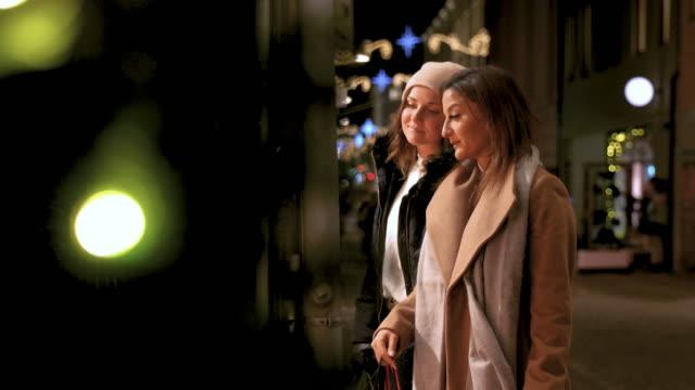 vídeos de stock e filmes b-roll de girlfriends window shopping - viciado em compras