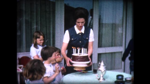 vídeos de stock e filmes b-roll de 1965 girl's 8th birthday cake - 10 11 anos