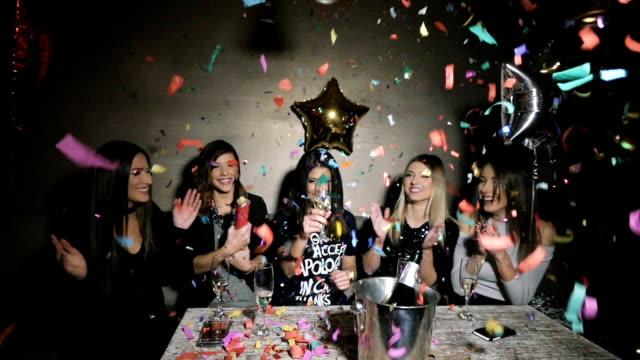 紙吹雪を飛び出るパーティー女の子 - パーティー点の映像素材/bロール