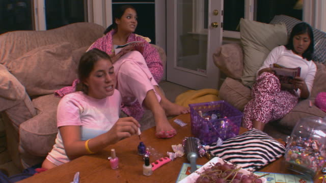 vidéos et rushes de girls at a slumber party - teenage girls