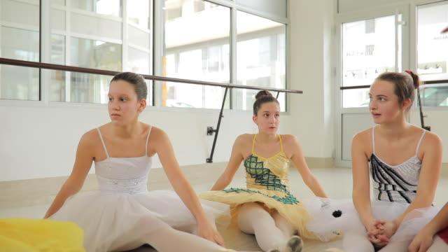 vídeos de stock e filmes b-roll de girls ballet dancers relaxing - body de ginástica