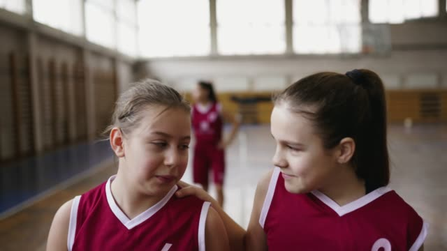 vídeos de stock, filmes e b-roll de jogadores de basquetebol das meninas que saem da corte após o fósforo - sports training