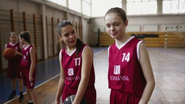 Mädchen Basketballspieler zusammen auf dem Platz