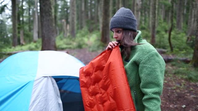 girls camping trip - 寝袋点の映像素材/bロール