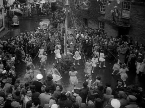 vídeos de stock, filmes e b-roll de girls dance around a maypole during the may day celebrations in padstow which also heralds the start of the festival of britain - 1 de maio