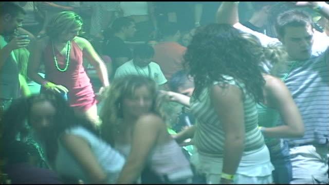 vidéos et rushes de girls dancing on top of tables in crowded cancun nightclub - sortir en boîte de nuit
