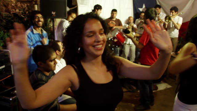 vídeos y material grabado en eventos de stock de ms pan girls dancing while musical group playing  / valparaiso, chile  - wiese