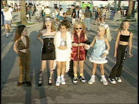 vídeos de stock e filmes b-roll de girls dressed up as little spice girls - spice girls
