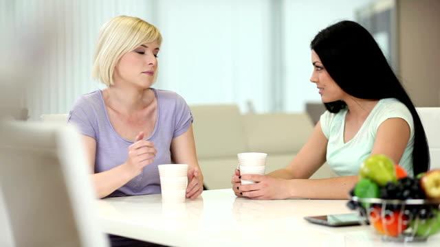 Mädchen trinken Kaffee