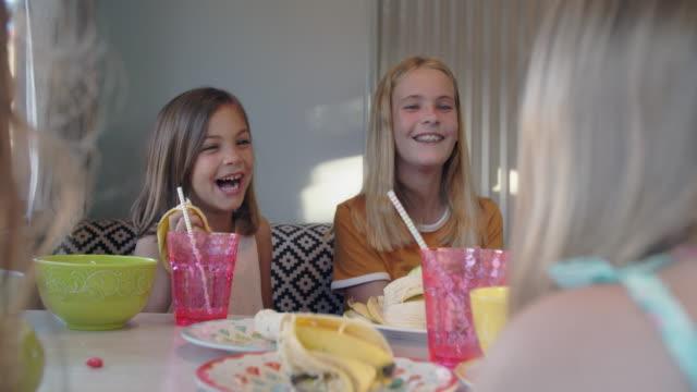 vidéos et rushes de cu girls eating together - soeur