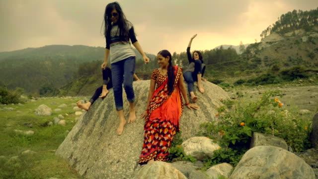 Meisjes genieten van vakantie met moeder in de bergen.