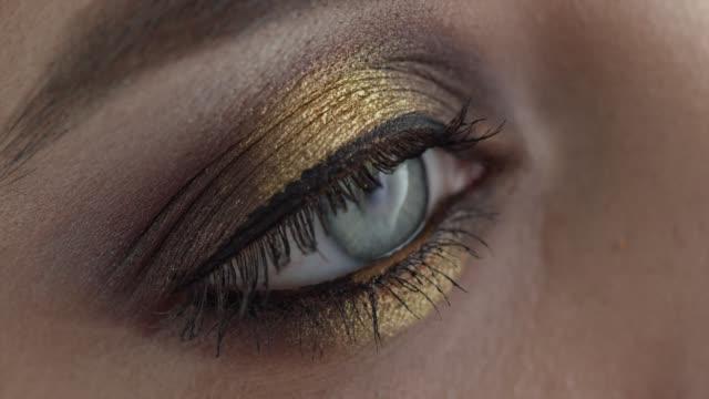 女の子の目。ファッションビデオ。メイクアップ。4k 30fps prores 4444 ストックビデオ - アイシャドウ点の映像素材/bロール