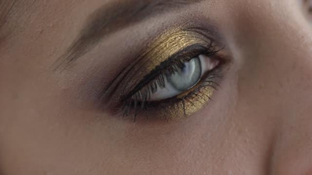 vídeos de stock, filmes e b-roll de olho de menina. vídeo de moda. maquiagem. 4k 30fps prores 4444 vídeo de ações - sobrancelha