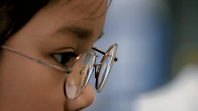 stockvideo's en b-roll-footage met meisjes eye met brillen kijken computer monitor - bril brillen en lenzen