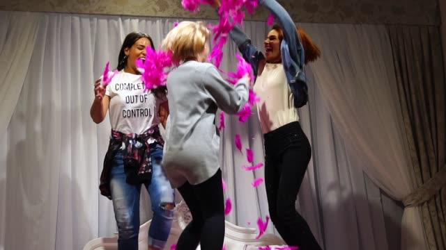 ragazze amiche divertirsi e ballare a letto - three people video stock e b–roll