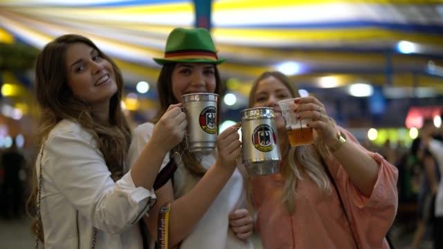 vídeos de stock, filmes e b-roll de retrato de amigos de meninas na oktoberfest em blumenau, santa catarina, brasil - festival tradicional
