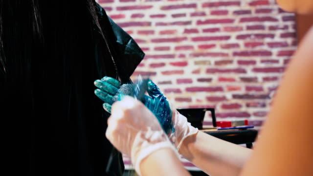 ガールズヘアーサロン - 4k - メルセデスベンツファッションウィーク点の映像素材/bロール