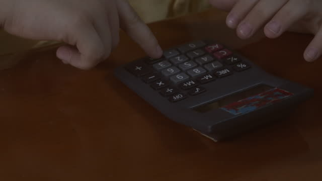 mädchen hand spielen rechner - addierrolle stock-videos und b-roll-filmmaterial