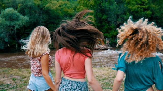 vídeos de stock, filmes e b-roll de meninas se divertir - de braços dados