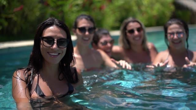 vídeos de stock, filmes e b-roll de garotas se divertindo na piscina - retrato - estação turística