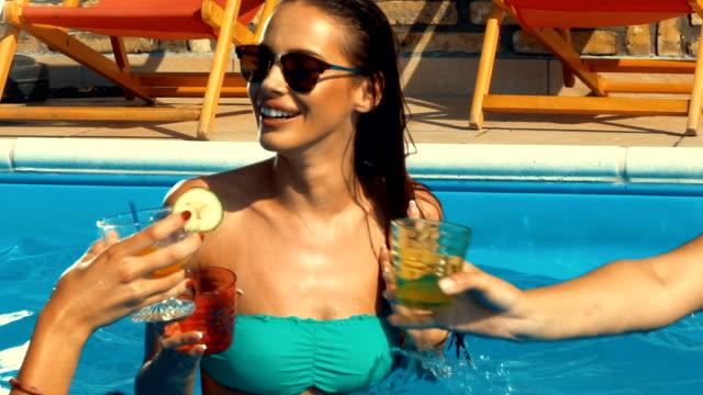 vídeos y material grabado en eventos de stock de niñas divirtiéndose en una piscina, cámara lenta. - despedida de soltera