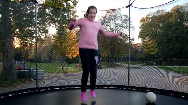 ragazze divertirsi in pedana elastica - pedana elastica per saltare video stock e b–roll
