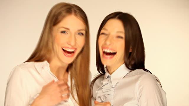 ragazze avendo divertimento - indicare video stock e b–roll