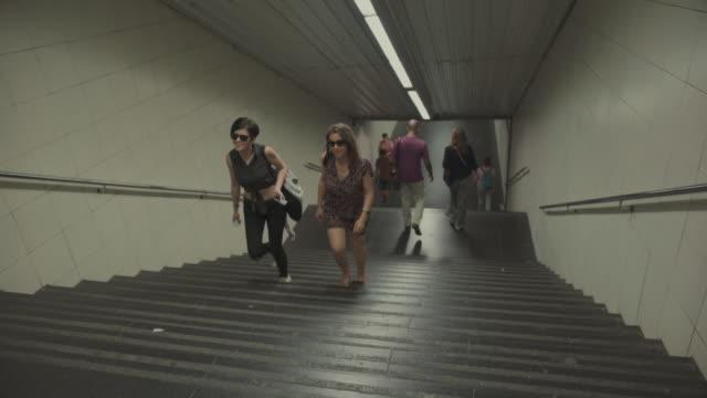 ガールズのバルセロナの地下鉄