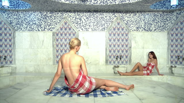 mädchen im bad - sauna stock-videos und b-roll-filmmaterial