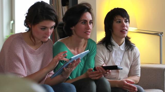vídeos de stock, filmes e b-roll de meninas na sala de estar com tecnologia de ponta - três pessoas
