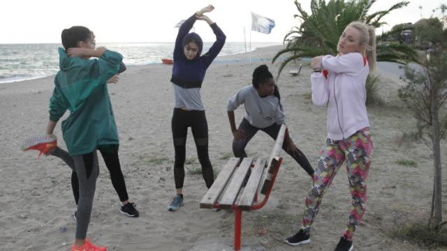 mädchen joggen am strand - wintermantel stock-videos und b-roll-filmmaterial