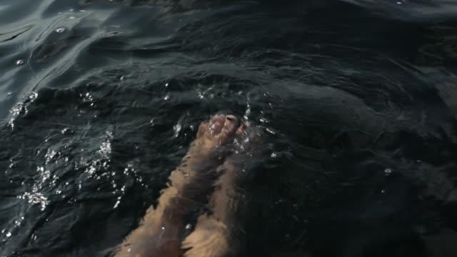 girls legs kicking in water - nur weibliche teenager stock-videos und b-roll-filmmaterial