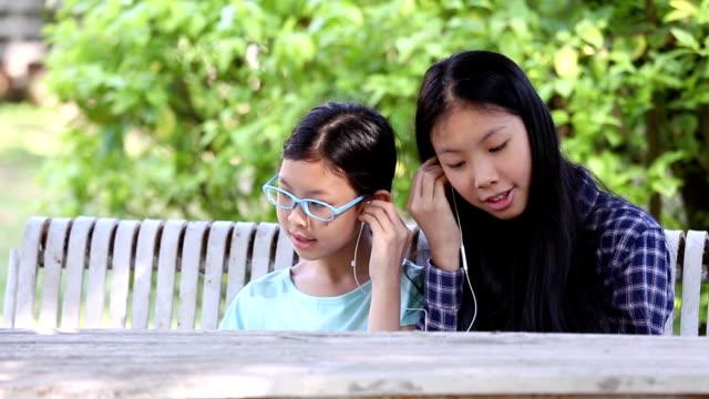 Mädchen hören und genießen Sie die Musik auf smartphone