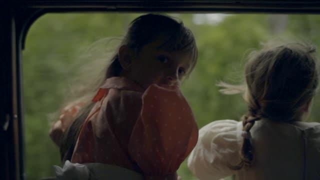vídeos y material grabado en eventos de stock de chicas en busca de un movimiento de tren ventana - traje