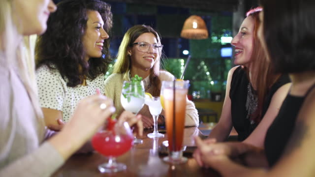 ragazze serata fuori - happy hour video stock e b–roll
