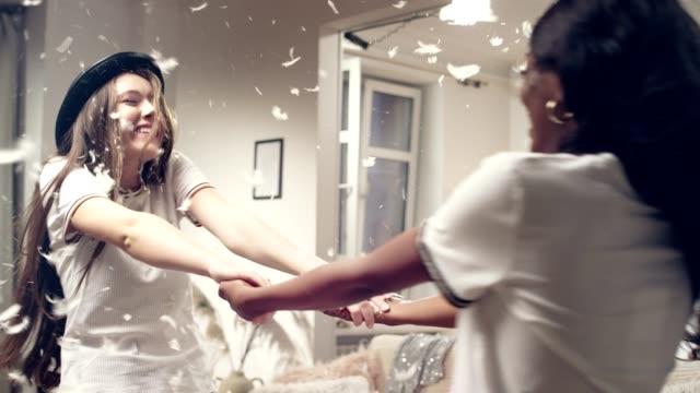 vidéos et rushes de soirée filles. bataille - chaos